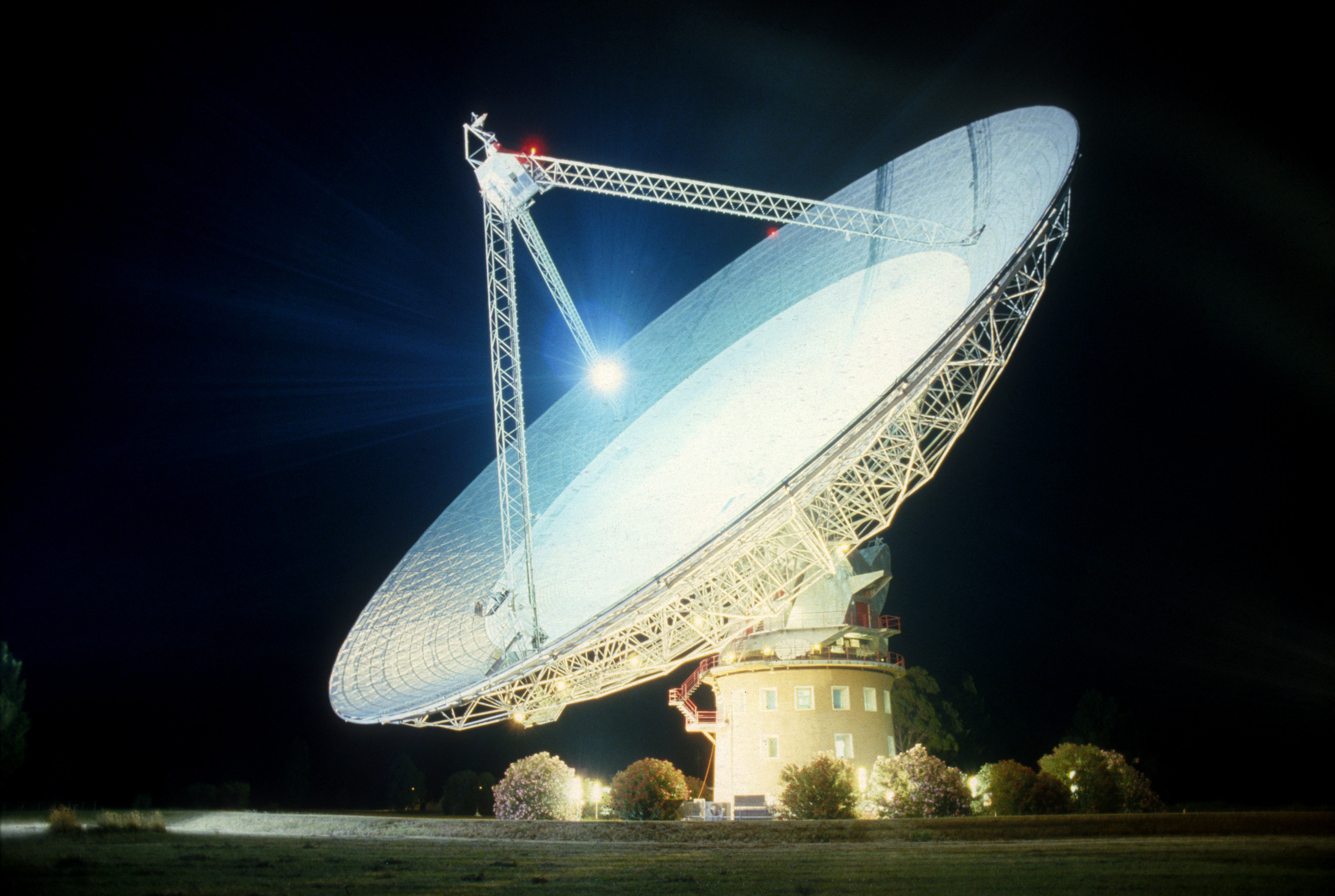 radio telescope essay B) why are astronomers using radio telescopes looking for far stars instead of a telescope first of all, what is a radio telescope the first non-visual spectral region that was used extensively for astronomical observations was the radio frequency band.